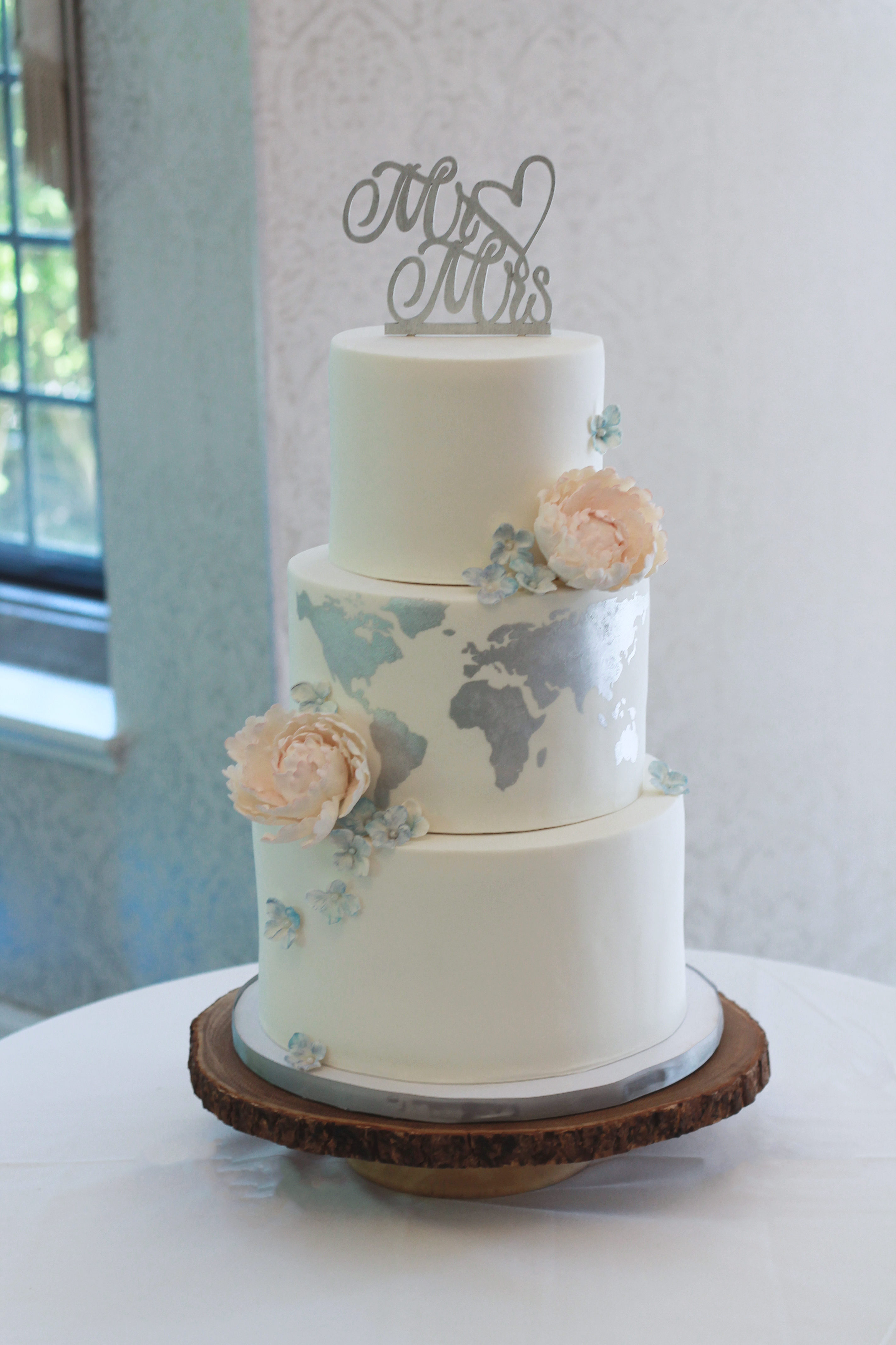 White with silver traveling themed wedding cake
