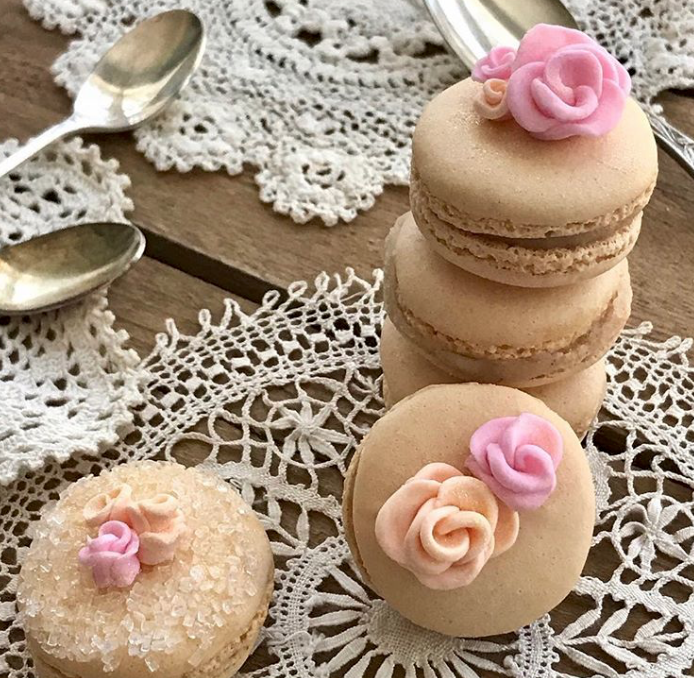 Macarons with fondant flowers