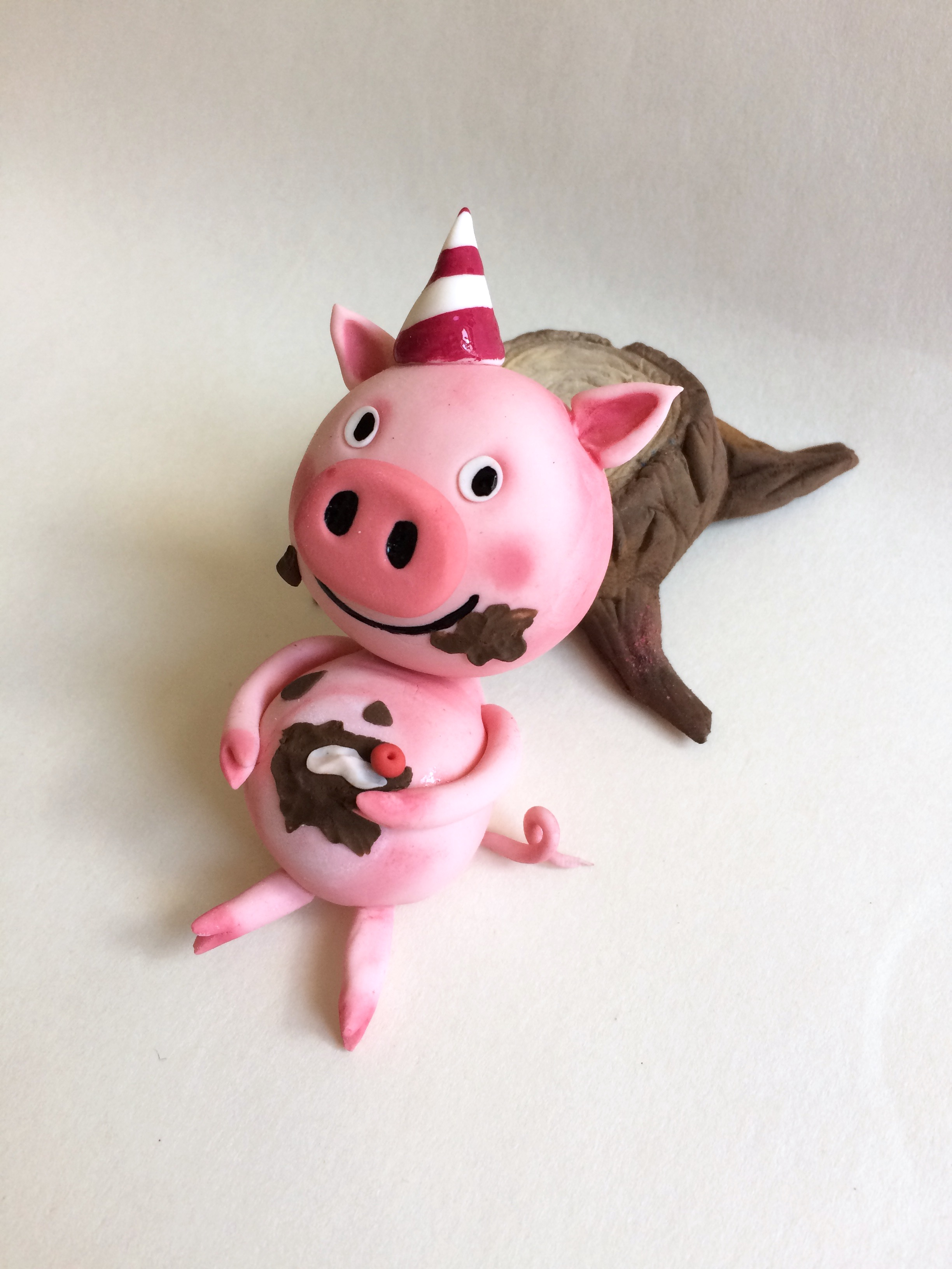 Fondant pig in the mud birthday figurine