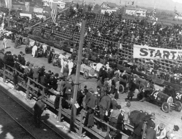 Cars lined up on Ocean Avenue in Santa Monica prior to the start of the 1916 Grand Prize.
