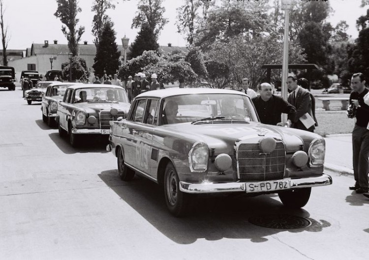 The Argentine Touring Car Grand Prix, 28 October to 7 November 1964: one-two-three victory for Mercedes-Benz. In the front Mercedes-Benz 300 SE (W 112), the female team of Ewy Baronin von Korff-Rosqvist and Eva-Maria Falk (starting number 609) are focusing on the start in Buenos Aires.