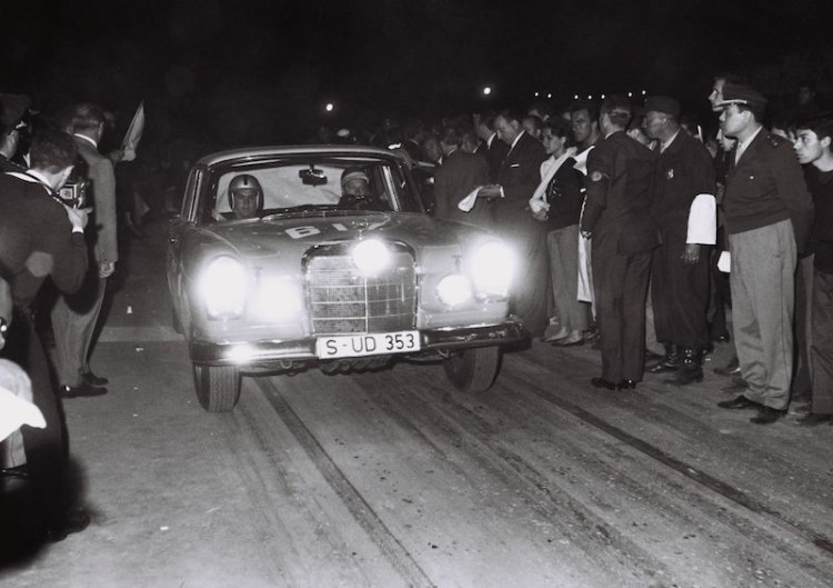 The Argentine Touring Car Grand Prix, 28 October to 7 November 1964: one-two-three victory for Mercedes-Benz. Pilar from 2 in the morning, local time. Eugen Böhringer and Klaus Kaiser start in a Mercedes-Benz 300 SE (W 112). As a team, Böhringer and Kaiser came first in the overall rankings.