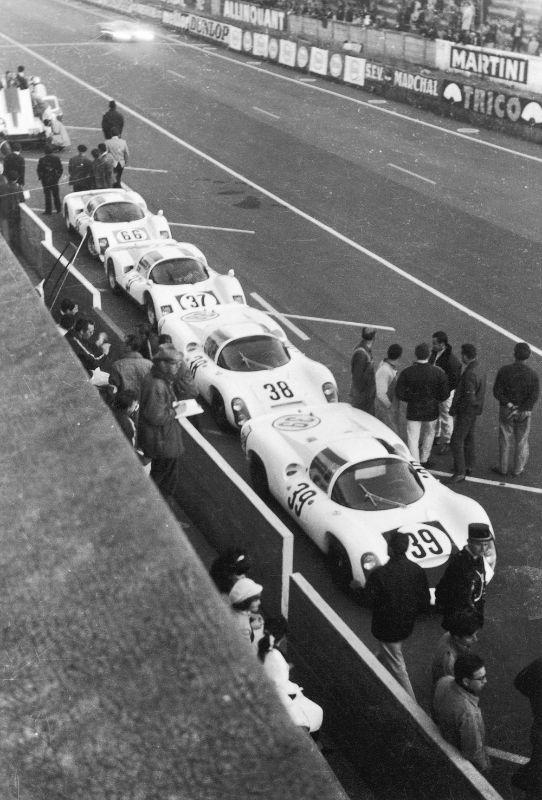 Le Mans 1967. 39: 910 mit Joe Buzzetta und Udo Schütz 38: 910 mit Rolf Stommelen und Jochen Neerpasch, 6. Pl. Ges.kl., 37: 906 mit Vic Elford und Ben Pon, 7. Pl. Ges.kl., 66: 906 mit Christian Poirot und Gerhard Koch