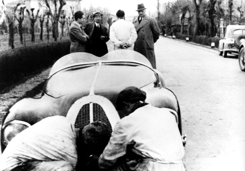 Auto Avio Costruzioni 815, the first car built in two models by Ferrari after the break with Alfa Romeo. In the picture: tests near Modena in preparation for the Mille Miglia. In the group of people on the right is Enzo Ferrari.