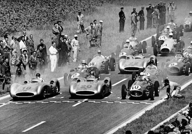 The start of the 1954 French Grand Prix, with Fangio in 18, Kling in 20, next to Ascari's Maserati (10). Herrmann is in 22 on row two, Mercedes-Benz W196