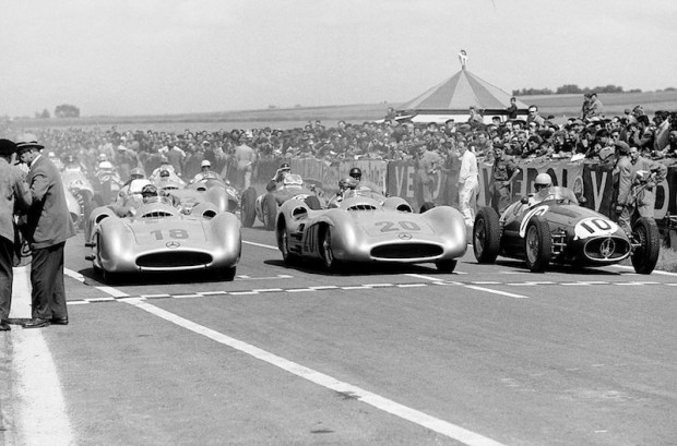 Another view of the start: Kling and Fangio are desperately trying to see what starter Toto Roche is doing, Mercedes-Benz W196