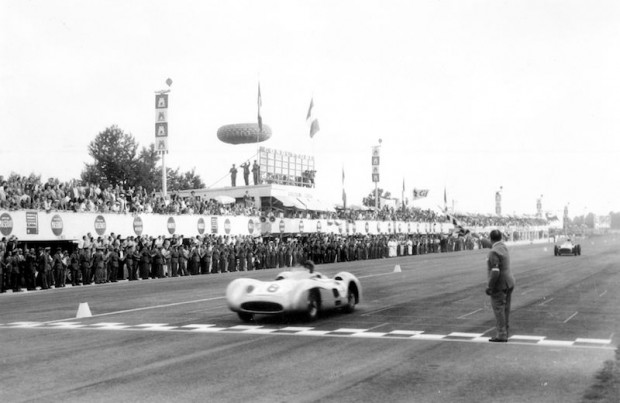 Mercedes-Benz 300SLR W196, Juan Manuel Fangio takes the flag at Monza in 1955.