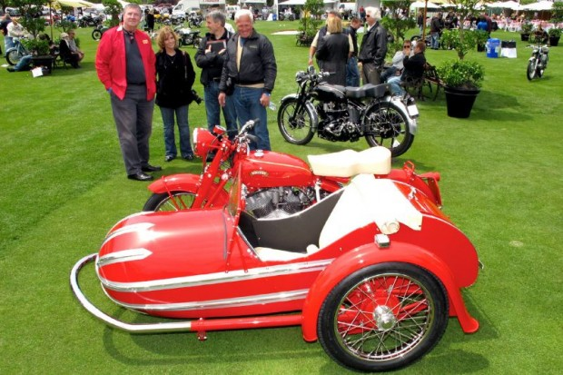 Here's the sidecar side of The Creamer.  That's Herb Harris in his HGV company's red jacket, a big man of great Vincent knowledge in the hobby.  Holding a clipboard is Arthur Coldwells, president and publisher of Ultimate Motorcycling.  The other Vincent seen is a Harris-restored Black Shadow.
