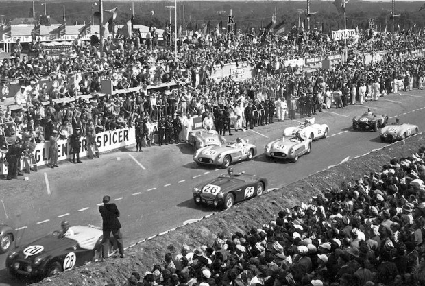 The start of the 1955 24 Hours of Le Mans. Car #26 is the Lance Macklin Austin-Healey, the #19 300SLR is the Fangio/Moss car, #20 is Pierre Levegh, #21 is the Kling/Simon car. Briggs Cunningham is in the Cunningham C5R (#22) with the Tony Brooks Aston Martin (#25) and the da Silva Ramos Gordini (#30). (photo credit: Daimler-Benz archive)