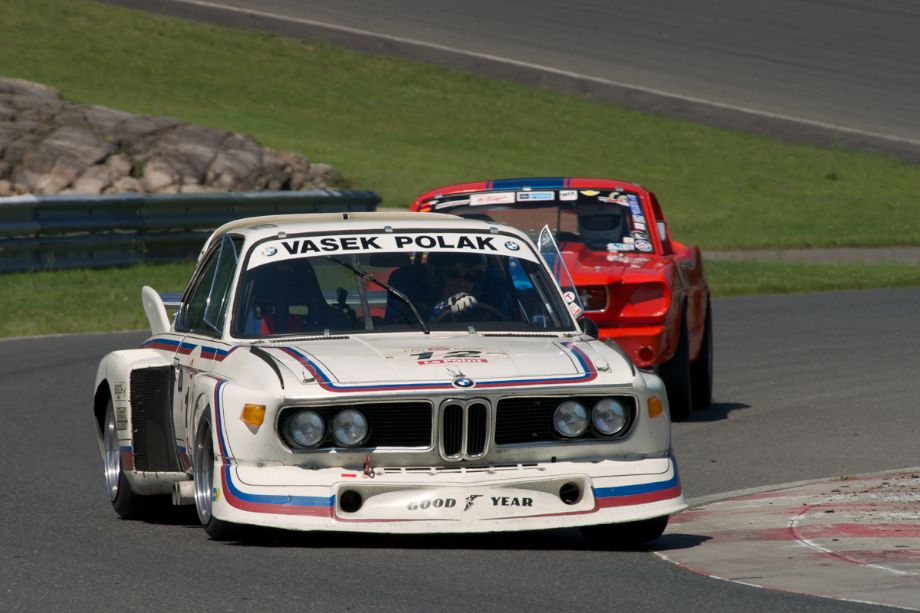 Andrew Cannon's 1975 BMW CSL 3.5 in turn fifteen.