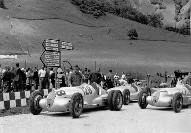 Training for the Grossglockner mountain race on 6 August 1939. The eventual victor, Hermann Lang (starting number 128) with a Mercedes-Benz W 125 mountain racing car with a 5.6-litre engine, attempting to improve traction with twin tyres on the rear axle. Directly behind the vehicle stands a W 154 that was only ever used in training, next to which is another W 125 with the starting number 127 which was driven to fourth place in the race by Manfred von Brauchitsch.
