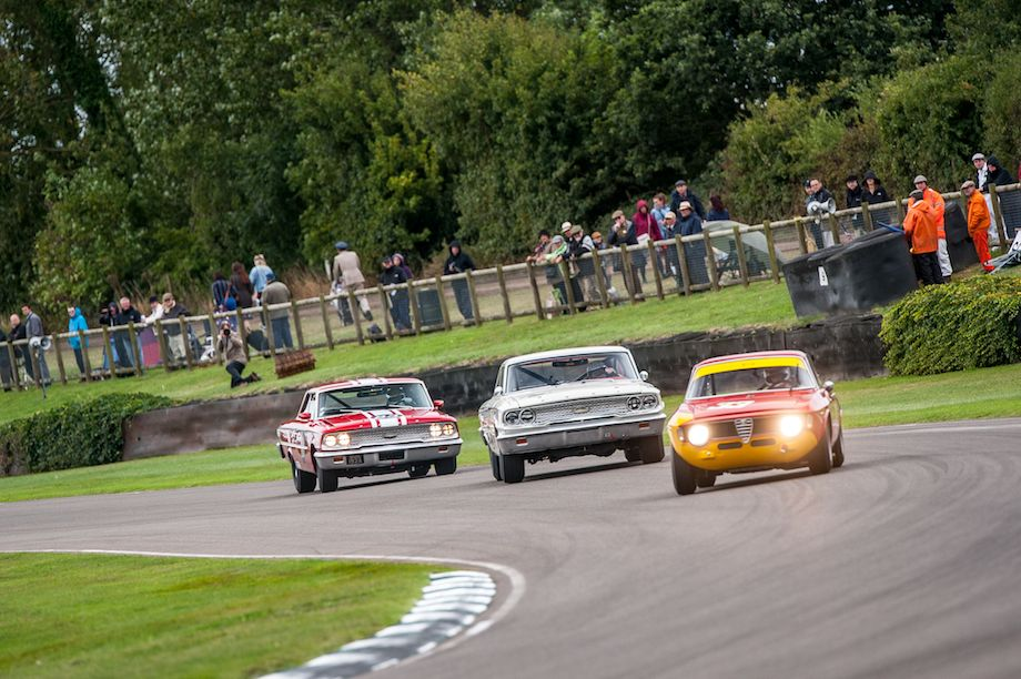 Alfa Romeo GTA holds off pair of Ford Galaxies