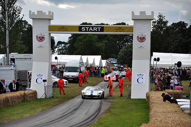 Mark Finburgh blasts off in his 1966 Ford GT40