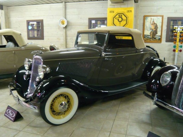 1933 Ford Deluxe Cabriolet