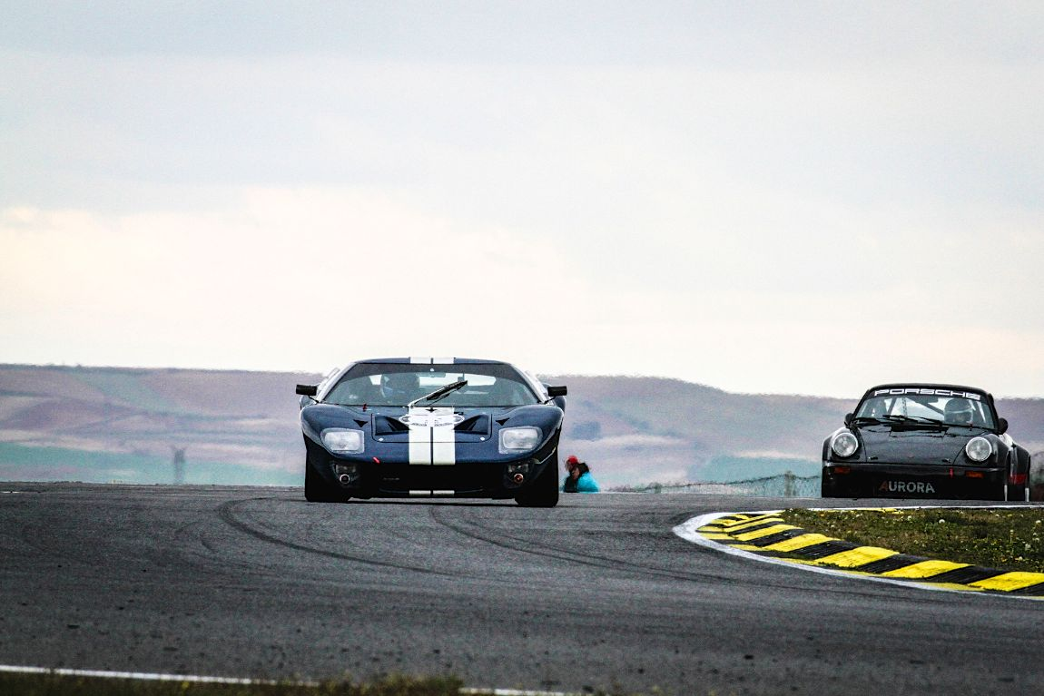 Ford GT40 dives into the corner at the Jarama Classic 2016