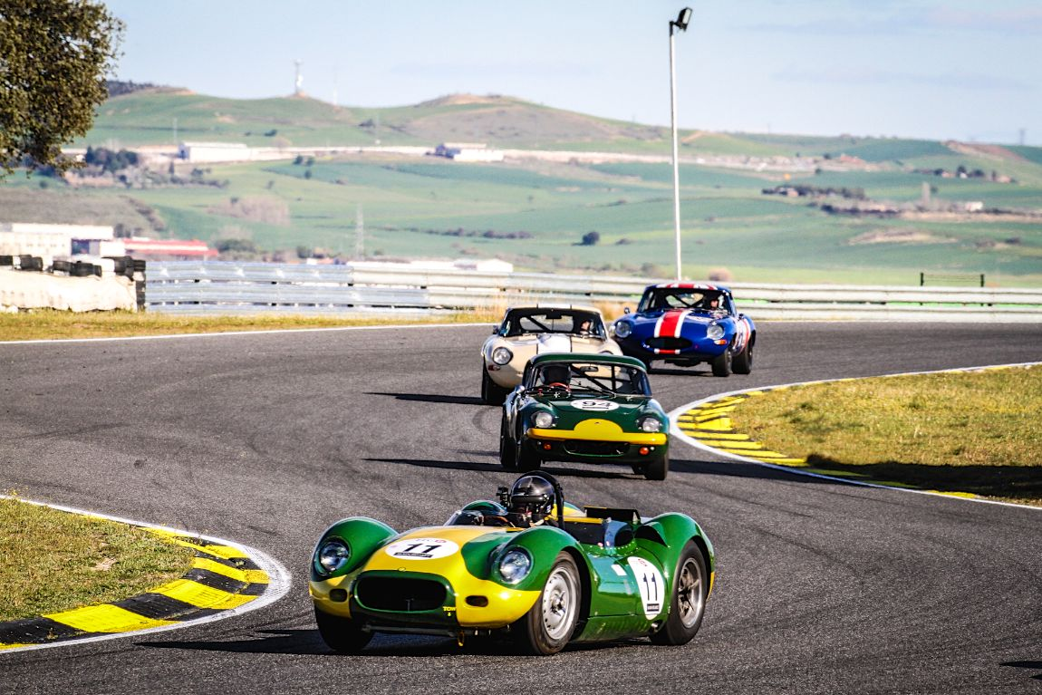 1958 Lister Jaguar Knobbly leads the pack