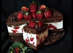 Tort-cu-ciocolata-mascarpone-si-capsuni-800x600-26998