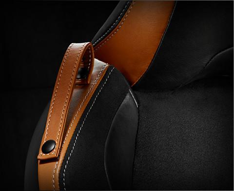 Sièges chauffants recouverts de cuir noir et camel