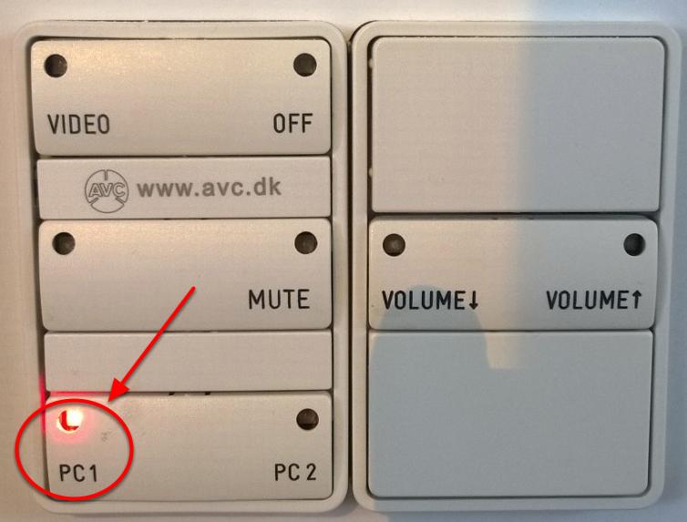 Når projektoren er tændt og PC1 er valgt, lyser panelet som på dette billede