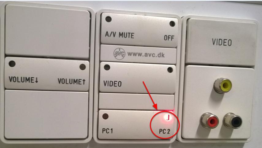 Når projektoren er tændt og PC2 er valgt, lyser panelet som på dette billede
