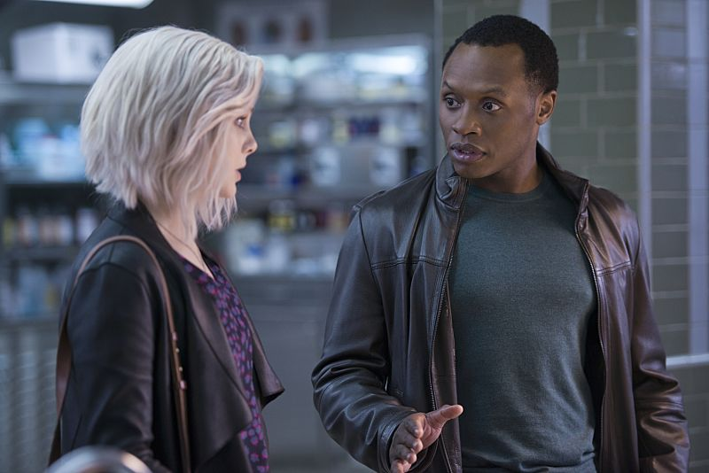 """iZombie -- """"He Blinded Me With Science"""" -- Image Number: ZMB215b_0346.jpg -- Pictured (L-R): Rose McIver as Liv and Malcolm Goodwin as Clive -- Photo: Diyah Pera/The CW -- © 2016 The CW Network, LLC. All rights reserved."""