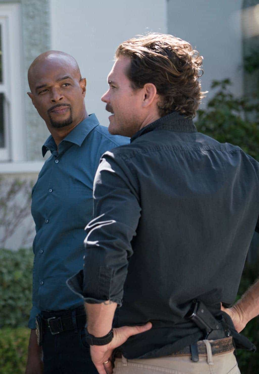 """LETHAL WEAPON: Pictured L-R: Damon Wayans and Clayne Crawford in the """"NAME"""" episode of LETHAL WEAPON airing Wednesday, NOV. 2 (8:00-9:00 PM ET/PT) on FOX. ©2016 Fox Broadcasting Co. CR: Michael Desmond/FOX"""
