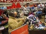 Last-Minute Christmas Shoppers Swarm Manhattan Stores