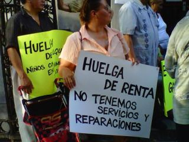 Tenants protest lack of services from their landlord at 559 West 156th Street. Sign reads, in Spanish:
