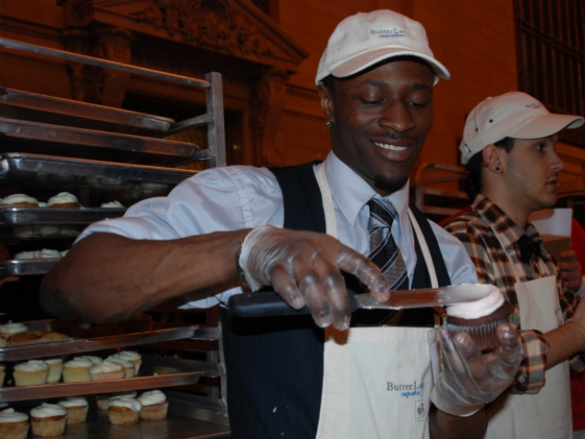 Jameal Fearon of Butter Lane Bakery demonstrated how to ice a cupcake at the bake sale.