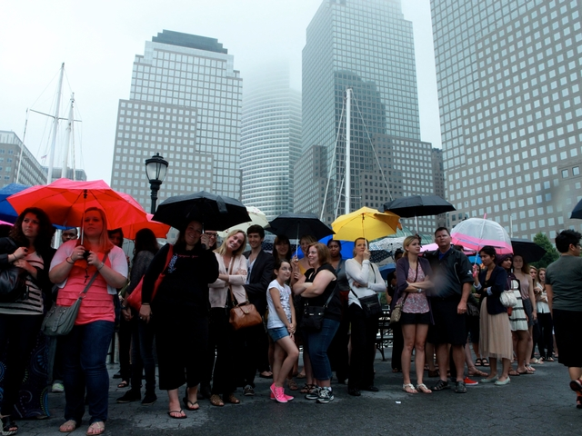 The fans, many came as early as 7:00 a.m., stood through the rain to wait for the filming, which started at 10:00 a.m.