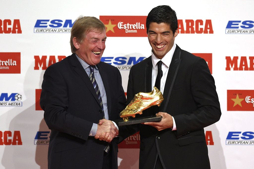 Luis-Suarez-of-FC-Barcelona-poses-with-the-Golden-Boot-Trophy