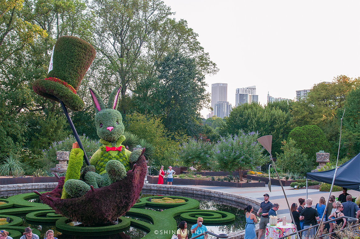 white rabbit sculpture and atlanta skyline