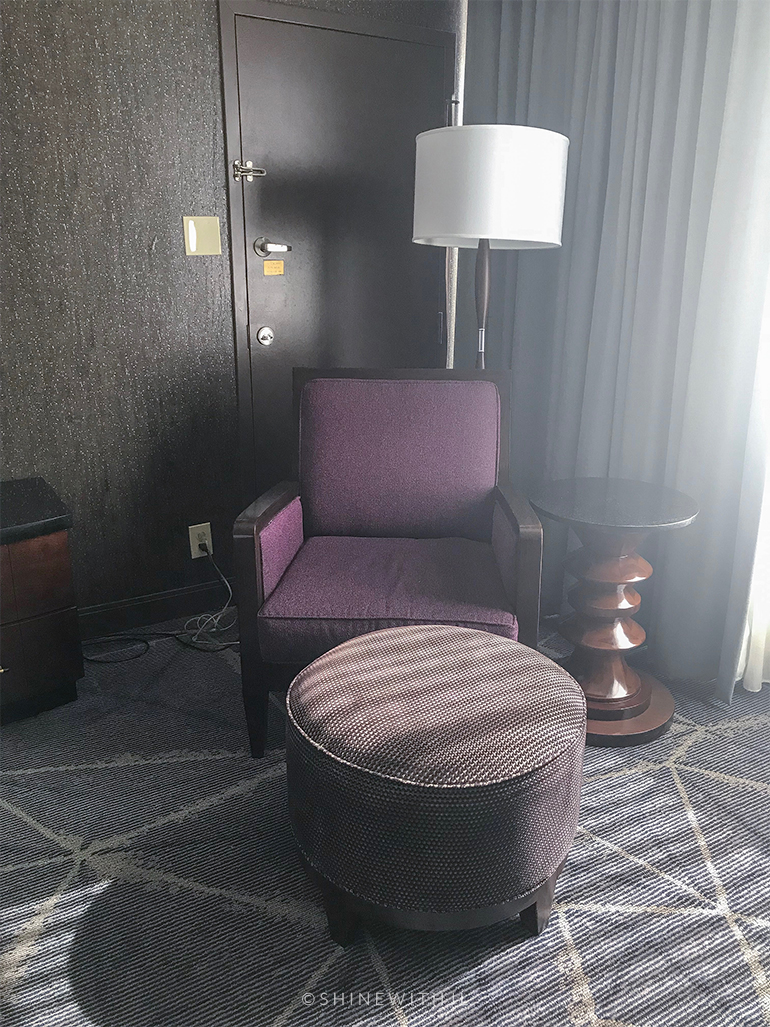 hilton atlanta king bed room sitting area