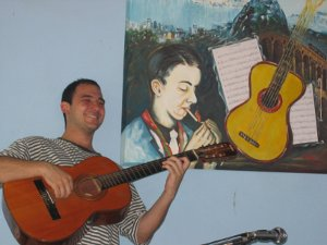 Rodrigo com o violão