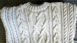 Вязанный спицами мужской свитер