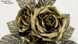 Брошь с черно-золотыми розами из ткани