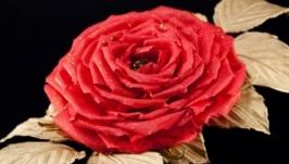 Брошь с красной розой из ткани