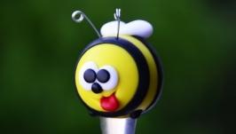 Бдж-ж-жілка, ложка для меду!