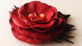 Брошь из кожи с цветком и бусинами из натуральных камней