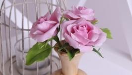 Розовые розы в деревянной вазе