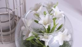 Колокольчики в стеклянной вазе белые