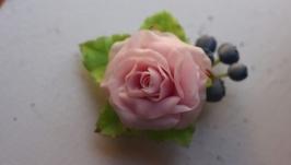 Брошка Роза с черникой из полимерной глины