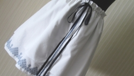 Біла спідниця ручної роботи з синьою вишивкою SW02.2