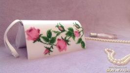 Элегантный атласный клатч ′Нежность розы′ с ручной вышивкой чешским бисером