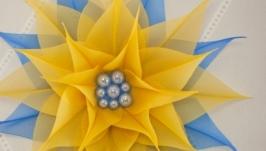 Брошь желто-голубая с цветком из ткани