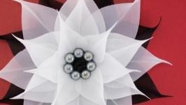 Брошь черно-белая с цветком из ткани