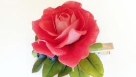 Заколка-зажим с розой и черникой из холодного фарфора.