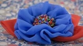 Брошка с сине-красным цветком из ткани