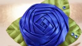 Брошка с синей розой из лент