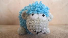 Мягкая игрушка-овечка, связанная крючком, амигуруми